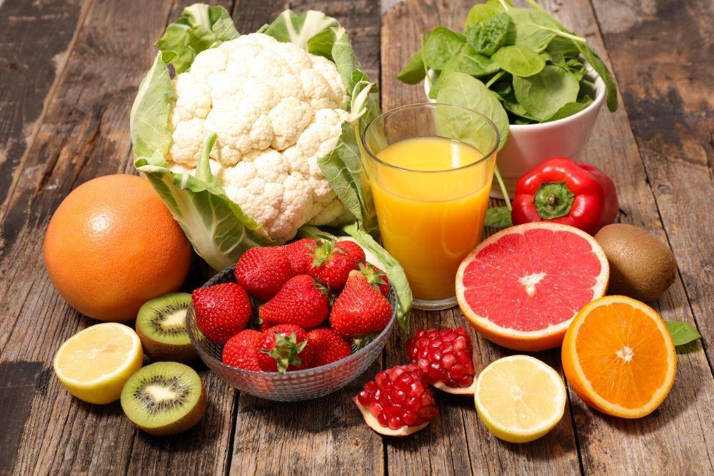 C-vitamiinin lähteitä, hedelmiä ja marjoja pöydällä.