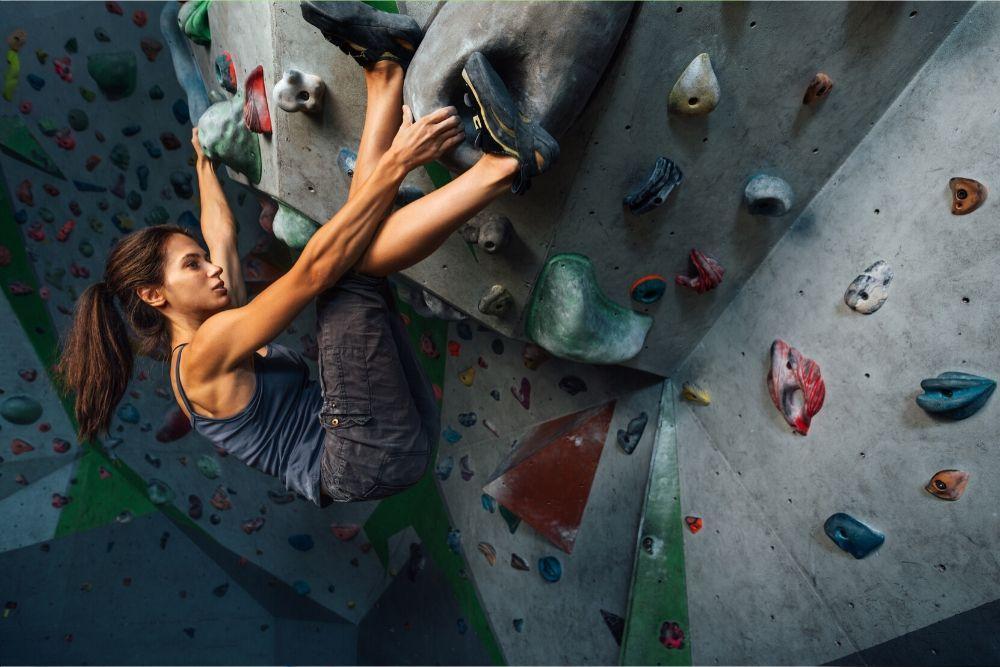 Nainen seinäkiipeilee