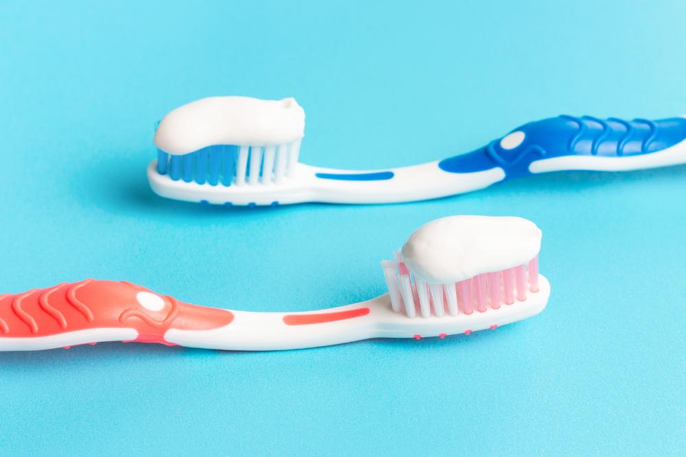Hammasharjoilla hammastahnaa, joka ehkäisee aftoja.