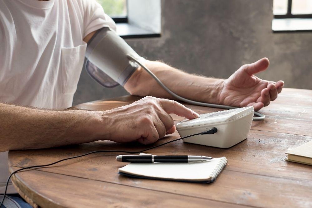 Mies mittaa verenpainett.