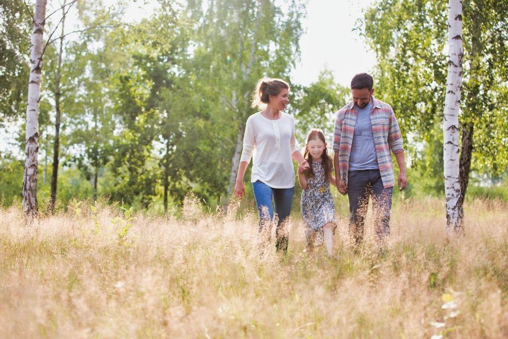Perhe kävelee metsässä
