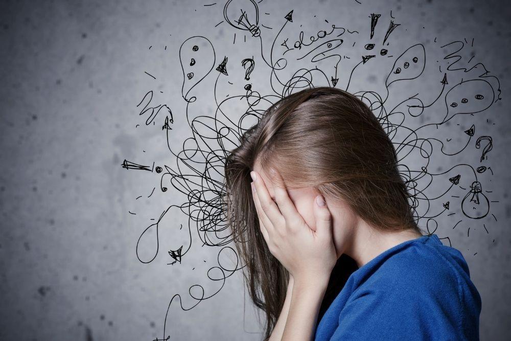 Nainen stressissä kädet kasvoillaan