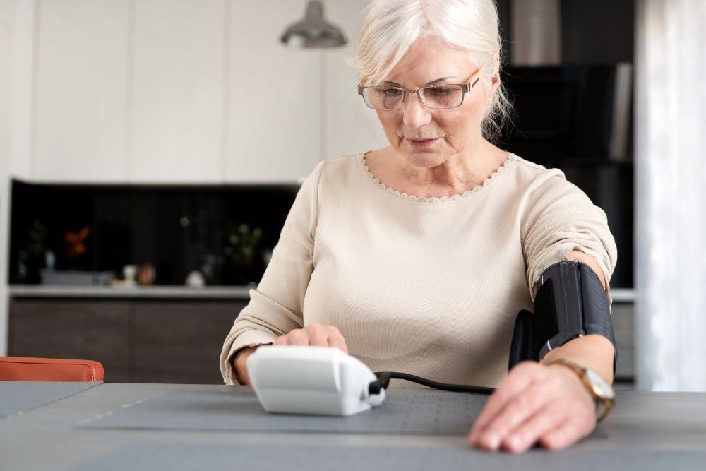 Nainen mittaa verenpainetta.