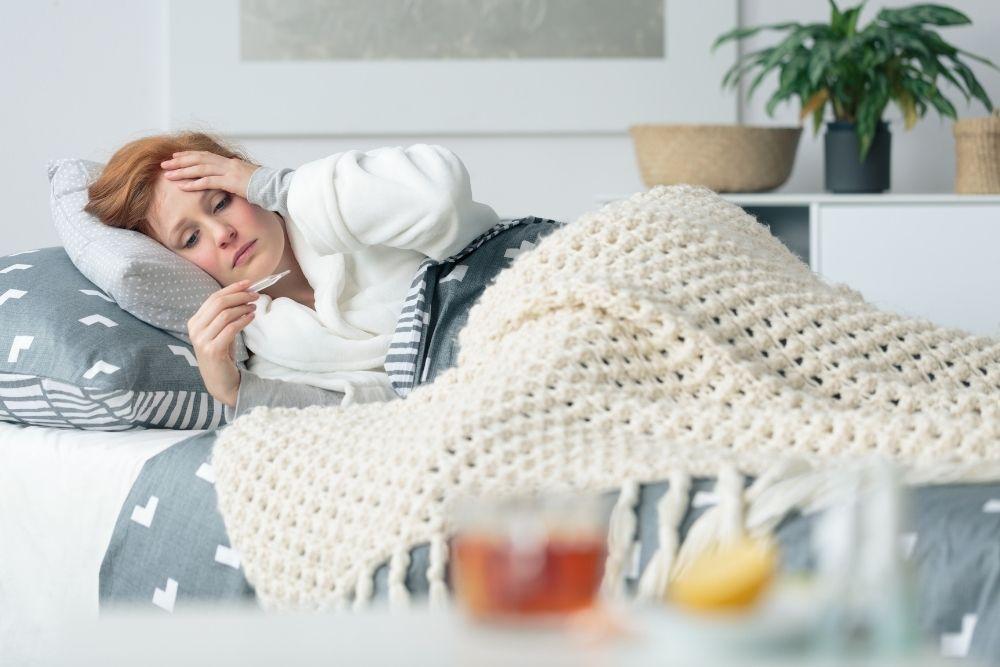 Flunssainen nainen lepää