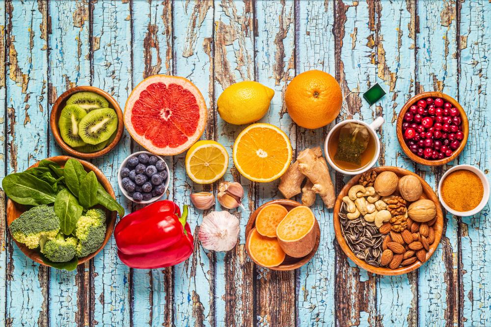 Immuniteettia tukevia ruoka-aineita taustaa vasten.