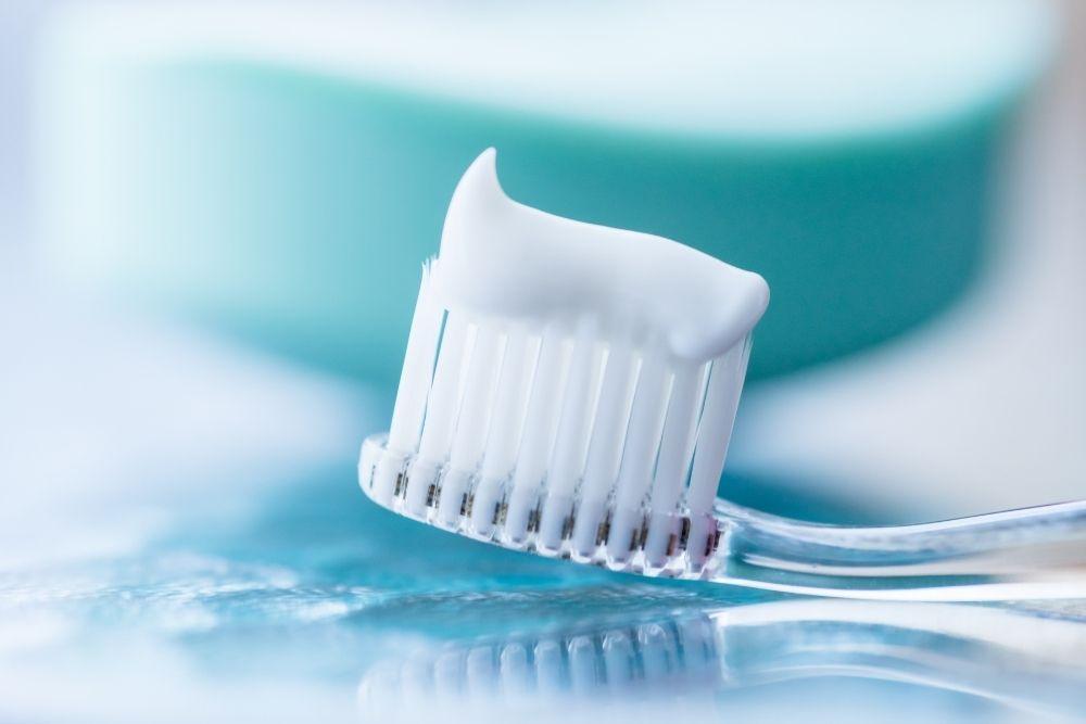 Fluoria ja ksylitolia sisältävää hammastahnaa harjalla.