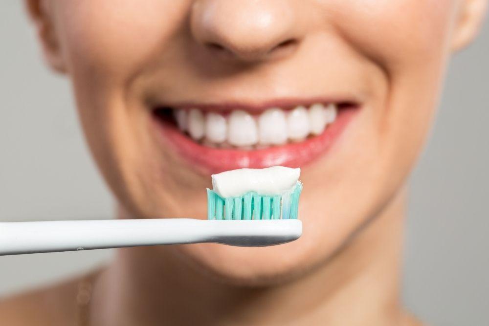Hammaseroosiota ehkäisevää hammastahnaa hammasharjalla.