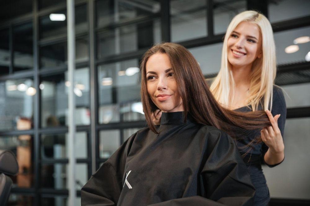 Pitkien hiusten tasaus kampaajalla
