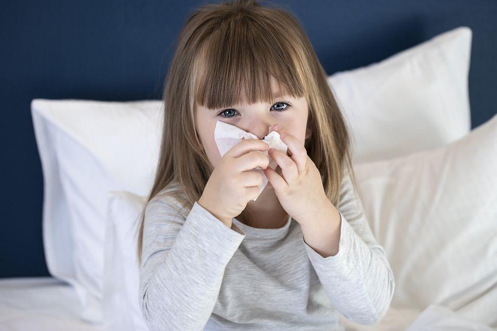 Tyttö niistää nenää infektioastmassa.