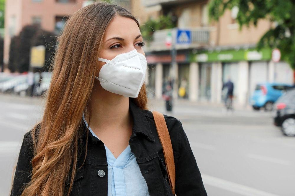 Hengityksensuojain naisen kasvoilla