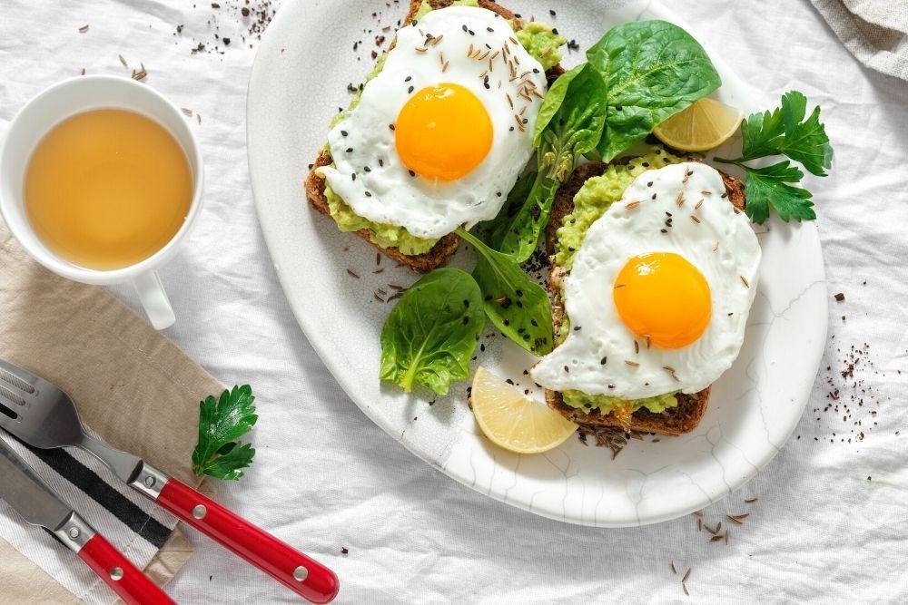 Kananmunia lautasella, vitamiineja ja hivenaineita hiuksille.