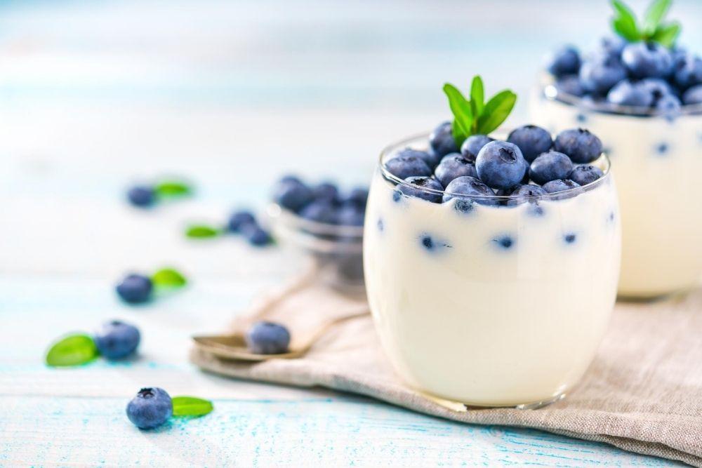 Maitohappoja sisältävää jogurttia