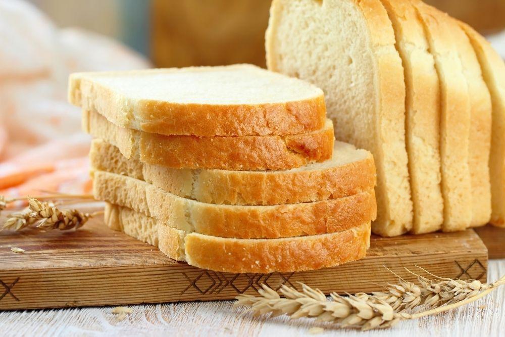 Vaalea leipä puisella laudalla.
