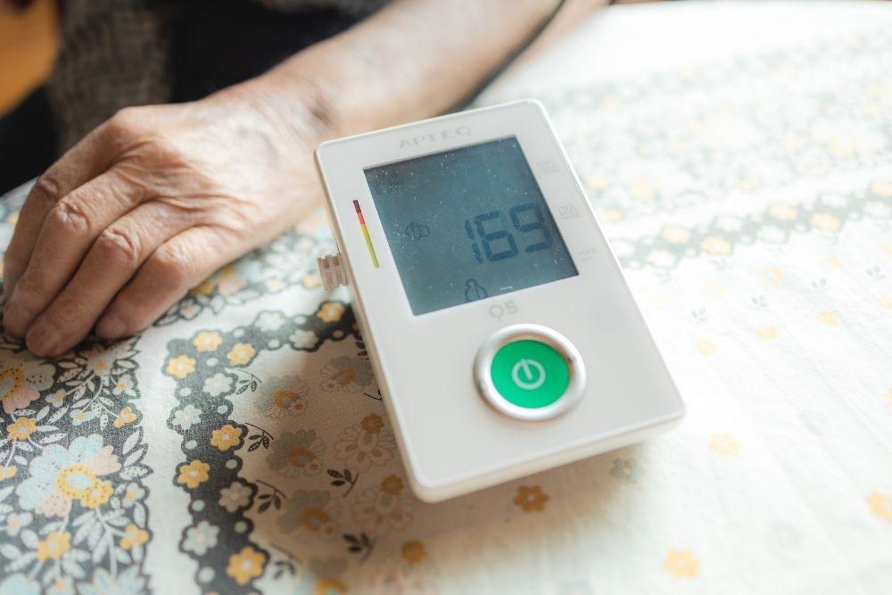 Apteq-verenpainemittari pöydällä.