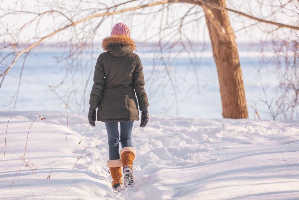 Nainen kävelee ulkona ja ehkäisee turvotusta