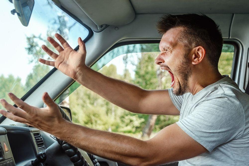 Mies raivoaa ratissa.