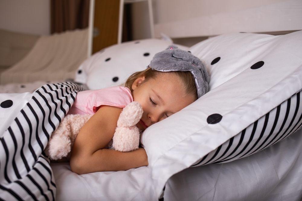 Yskäinen lapsi nukkuu rauhallisesti.